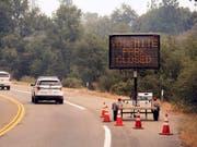 Knapp drei Wochen war das Yosemite-Tal in Kalifornien wegen des Waldbrands geschlossen. Am Dienstag durften Besucherinnen und Besucher wieder einreisen. (Bild: KEYSTONE/FR34727 AP/NOAH BERGER)