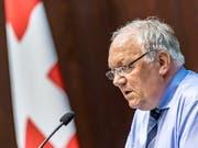 Volkswirtschaftsminister Johann Schneider-Ammann konnte dem Bundesrat keinen Durchbruch bei den flankierenden Massnahmen vermelden. Die Regierung hält trotzdem am eingeschlagenen Kurs fest. (Bild: KEYSTONE/THOMAS HODEL)