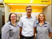 Kajetan Mazenauer übergibt den umgebauten Volg Laden an Angela Haas, stellvertretende Ladenleiterin, (links) und Gabriela Rutz, Ladenleiterin, (rechts). (Bild: Werner Ulrich)