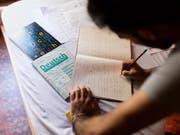 Der Bund will die Integration von Ausländerinnen und Ausländern stärker fördern. Ab nächstem Jahr gelten neue Regeln, zum Beispiel zu den Sprachkompetenzen. Anerkannte Flüchtlinge und vorläufig Aufgenommene können zudem einfacher eine Erwerbstätigkeit aufnehmen. (Bild: KEYSTONE/GAETAN BALLY)