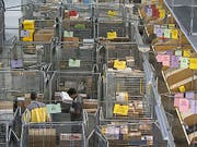 Online-Shopping auf ausländischen Webseiten dürfte ab nächstem Jahr teurer werden. Der Bundesrat hat am Mittwoch beschlossen, dass Versandhändler in Zukunft ab einem bestimmten Umsatz in der Schweiz Mehrwertsteuer bezahlen müssen. (Bild: Keystone/PETER KLAUNZER)