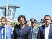 Vize-Ministerpräsident Luigi di Maio (r.) und Verkehrsminister Danilo Toninelli (Mitte) am Mittwoch am Ort der Katastrophe. (Bild: Keystone/EPA ANSA/ALESSANDRO DI MARCO)