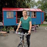 Lea Bucher vor ihrem Wohnwagen namens «Beeri». (Bild: Corinne Glanzmann (Hochdorf, 13. August 2018))