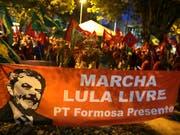 Viele Brasilianer wollen, dass der eingesperrte Ex-Präsident des Landes, Luiz Inacio Lula da Silva, wieder Präsident Brasiliens wird. (Bild: KEYSTONE/AP/ERALDO PERES)