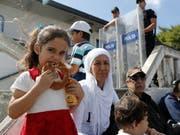 Aufgrund der Lira-Krise steigt der Sesam-Preis: ein türkisches Mädchen isst einen unter dem Namen Simit bekannten Sesam-Kringel. (Bild: KEYSTONE/EPA/TOLGA BOZOGLU)