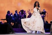 """Musikalische Eröffnung eines Filmfestivals: Aretha Franklin singt nach der Premiere des Films «""""Clive Davis: The Soundtrack of Our Lives""""» an der Eröffnung des 16. Tribeca Film Festival. (Bild: Keystone)"""