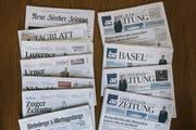 Zeitungen der AZ Medien und der NZZ Mediengruppe. (Bild: KEYSTONE/Christian Beutler, 1. September 2017)