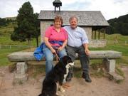 Hedi und Franz Schmid mit ihrem Hund Benji vor der Kapelle Maria Seeberger. Dort haben sie sich vor 17 Jahren das Jawort gegeben. (Bild: Ruedi Wechsler (Langis, 7. August 2018))
