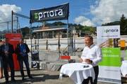 Stefan Domanig, Geschäftsstellenleiter der Priora AG, spricht zu den Gästen. (Bild: Ruben Schönenberger)