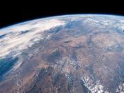 Ein Blick aus der Raumstation ISS auf die trockenen Landschaften Mitteleuropas. (Foto: A. Gerst/NASA/ESA/EPA) (Bild: KEYSTONE/EPA ESA/ESA/NASA-A.GERST / HANDOUT)