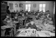 Schulunterricht im März 1954 in einem Klassenzimmer in Unterschächen. (Bild: Fotoarchiv Aschwanden, Staatsarchiv Uri)