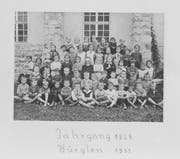 Ein Klassenfoto aus Bürglen aus dem Jahre 1933. Abgebildet sind Schülerinnen und Schüler mit dem Jahrgang 1925 (Bild: Fotoarchiv Aschwanden, Staatsarchiv Uri)