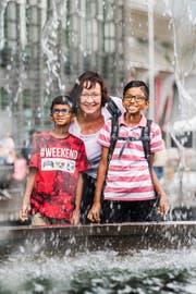 Mentorin Claudia Meier mit den beiden tamilischen Buben Kabizan (links) und Shathuzan auf dem Europaplatz. (Bild: Eveline Beerkircher (Luzern, 14. August 2018))