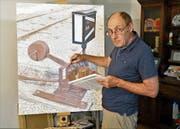 Jean de Clercq malt wirklichkeitsgetreue Werke: Aktuell beschäftigt er sich mit Bahngleisen. (Bild: Romano Cuonz (Stansstad, 9. August 2018))