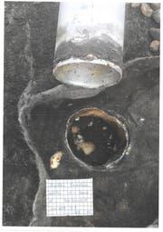 Durch dieses Loch trat Wasser ein und beschädigte das Flachdach der Turnhalle. (Bild: PD)