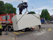 Mit einem Kranwagen hat die Feuerwehr das rund 3,2 Tonnen schwere Betonelement geborgen, das in Basel von einem Lastwagen gefallen war. (Bild: zvg/JSD Basel-Stadt)