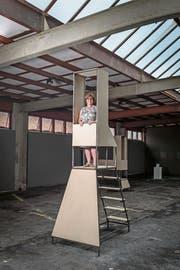 Gute Aussichten: Inge Abegglen auf einer begehbaren Skulptur von CKÖ. (Bild: Hanspeter Schiess)