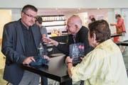 Hat viel zu erzählen: Christoph Meili (links) im Gespräch mit Besuchern der Vorpremiere des ihm gewidmeten Dokumentarfilms. (Bild: Boris Bürgisser, Altdorf, 17. August 2018)