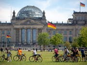 The major coalition in Germany would come according to a recent survey, no longer an absolute majority. (Archivbild Reichstag) (Photo: KEYSTONE / EPA / OMER MESSINGER)