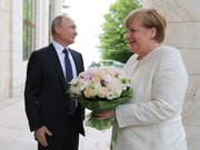 Der russische Präsident Wladimir Putin trifft am heutigen Samstag die deutsche Kanzlerin Angela Merkel, um über die Konflikte der Welt zu diskutieren. (Bild: KEYSTONE/EPA SPUTNIK POOL/MICHAEL KLIMENTYEV / POOL)
