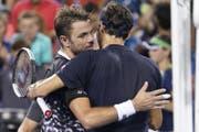 Roger Federer rang nach einem langen Tag kurz vor Mitternacht in einem spektakulären Thriller Stan Wawrinka nieder (Bild: KEYSTONE/AP/JOHN MINCHILLO)