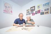 Nadia Martschini und ihr Sohn Ludek junior blättern in einem Erinnerungsalbum. (Bild: Pius Amrein/ZVG (Luzern, 13. August 2018))