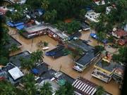 Wegen der schlimmsten Flut seit 100 Jahren sind in Südindien Hunderttausende vom Wasser eingeschlossen. (Bild: KEYSTONE/EPA/PRAKASH ELAMAKKARA)