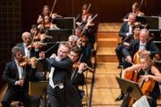 Start der Gastorchester: Jonathan Nott und das Orchestre de la Suisse Romande. Bild: LF/Patrick Hürlimann