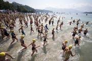 Knapp 500 Schwimmer starten zur 1,1 Km langen Seeueberquerung Luzern vom Lido zum Strandbad Tribschen. (KEYSTONE/Urs Flueeler (Luzern, 19. August 2018))