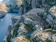 Rund 1800 eingefleischte «Mission-Impossible»-Fans pilgerten am Mittwochabend zur Filmpremiere auf den Preikestolen. Der Berg ist in der neusten Folge der Actionfilmreihe zu sehen. (Bild: Keystone/AP NTB scanpix/CARINA JOHANSEN)