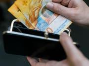 Die weltwirtschaftlichen Risiken dämpfen die Konsumlust der Schweizer. (Bild: KEYSTONE/CHRISTIAN BEUTLER)