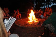 Auch Singen am BiPi-Feuer gehörte zum Lageralltag. (Bild: PD, Tenniken, Juli 2018)
