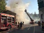 Das Gebäude der Maschinenfabrik Empac in Bäch SZ ist am Donnerstag in Brand geraten. (Bild: Kapo SZ)