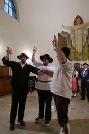 Mitglieder der Trachtengruppe spielten den Rütlischwur nach.