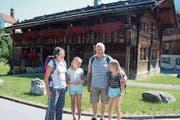 Monika und Franz Peterhans mit ihren Grosskindern Celina (rechts) und Katja vor dem Geburtshaus von Bruder Klaus in Flüeli-Ranft. (Bild: Marion Wannemacher (Flüeli-Ranft, 30. Juli 2018))