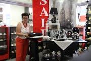 Elisabeth Steiner mit Ausverkauf-Angeboten in ihrem Haushaltwarengeschäft. (Bilder: Christine Luley)