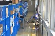 Das Lagergeschoss bei der Firma Variosystems stand vierzig Zentimeter unter Wasser. (Bild: Max Eichenberger)