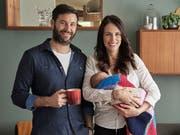 Familienbild: die neuseeländische Premierministerin Jacinda Ardern mit Tochter Neve und Partner Clarke Gayford. Ardern ist erst die zweite Regierungschefin, die im Amt ein Kind bekommen hat. (Bild: KEYSTONE/AP Jacinda Ardern/DEREK HENDERSON)