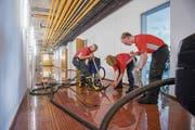 Die Feuerwehr befreit am Donnerstagnachmittag das Untergeschoss des Oberstufenschulhauses Zil vom Wasser. (Bild: Urs Bucher)