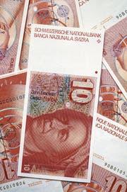Noch bis zum 30. April 2020 können diese Noten der sechsten Banknotenserie bei der Nationalbank umgetauscht werden. (Bild: Martin Rütschi/KEY)