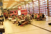 Rund 100 Personen kamen an die Bundesfeier im Wattwiler Feuerwehrdepot. (Bild: Martin Knoepfel)