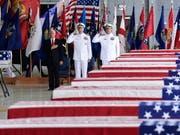 US-Vizepräsident Mike Pence (Links) nahm auf Hawaii die sterblichen Überreste mutmasslich in Nordkorea gefallener US-Soldaten in Empfang. (Bild: KEYSTONE/AP/SUSAN WALSH)