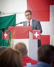 Walter Thurnherr zieht im Festzelt das Publikum in seinen Bann. (Bild: Ralph Ribi (Diepoldsau, 1. August 2018))
