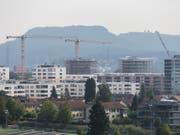 Die hohe Bautätigkeit und die sinkende Zuwanderung bremst die Nachfrage nach zusätzlichem Wohnraum. (Bild: KEYSTONE/GAETAN BALLY)