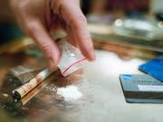 Ein Mann konsumiert Kokain in einer Privatwohnung. Die Innerrhoder Polizei hat vor einer Woche in einem Schiffscontainer 69 Kilogramm Kokain sichergestellt. (Bild: ARCHIV KEYSTONE/MARTIN RUETSCHI)