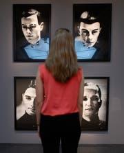 Inzwischen arbeiten Kraftwerk an der Musealisierung ihres Werks. Porträts der Bandmitglieder bearbeitet vom Fotografen Anton Corbijn in einem Hamburger Museum. (Bild: Daniel Reinhardt/DPA)