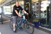 Fredi Knobel vom Bike Shop auf dem eGiro Cresta.