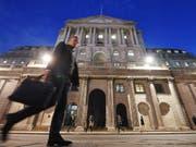Die britischen Notenbanker am Hauptsitz der Bank of England stimmten einstimmig für den Zinsschritt. (Bild: KEYSTONE/EPA/ANDY RAIN)