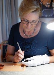 Auch das Füttern mit Mehlwürmern gehört zu den Aufgaben von Karin Schneebeli. (Bild: Stefan Kaiser (Walchwil, 30. Juli 2018))