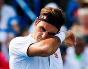Eine schweisstreibende Angelegenheit: Roger Federer im Finalspiel in Cincinnati gegen Novak Djokovic. (Bild: EPA/Tannen Mauray)